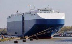海防市对越南物流海运集装箱船喷雾消毒,避免新冠病毒入侵